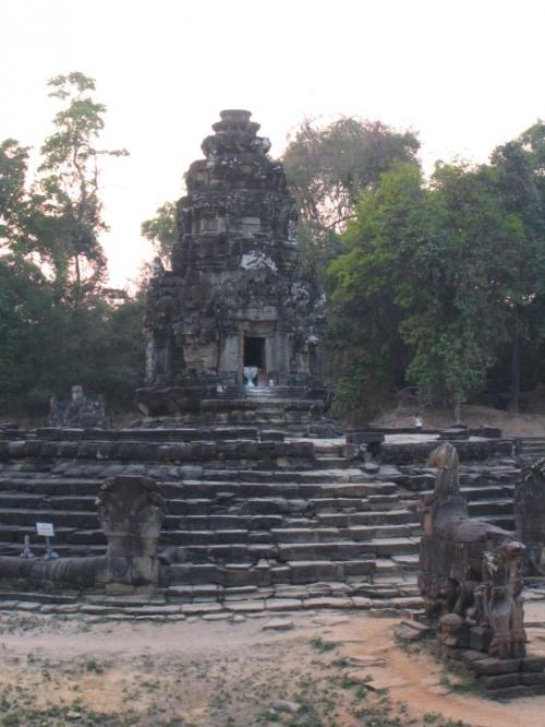祠堂が池の中央にあるニャックポアン。