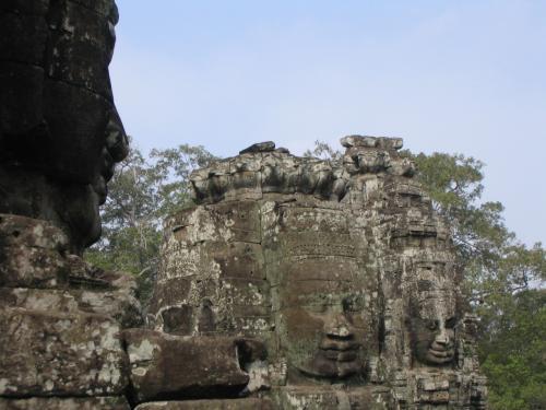 四面に彫られたクメールの微笑みと呼ばれる観世音菩薩の塔がたくさんあります。