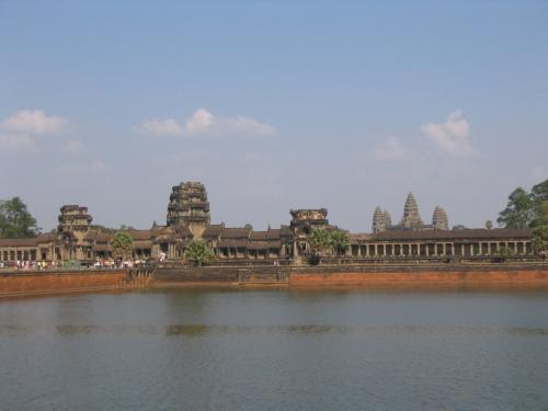 ついにアンコールワットへやってきました。<br /><br />ヒンズー教の寺院は普通東を向いているということですが、アンコールワットはなぜか西向きに建てられています。