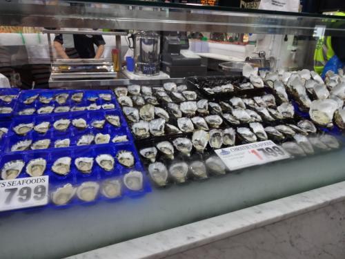 シドニーといえば牡蠣!<br /><br />ロックオイスター(岩牡蠣)とパシフィックオイスターがあります。<br />ロックのほうが小ぶりですね。