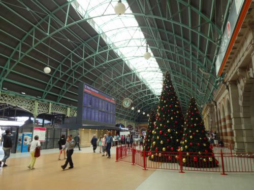 中はこんな感じです。<br />外国の駅って何となく清潔じゃないイメージでしたがすごくクリーンでした。<br /><br />クリスマスツリーもかわいい。