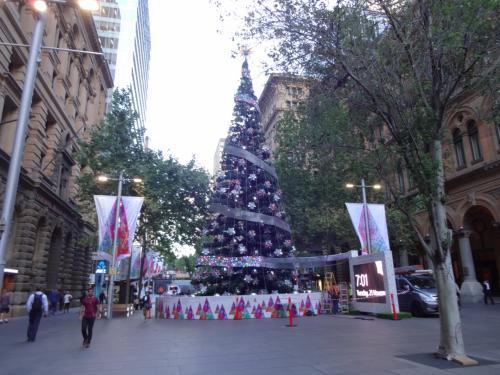 クリスマスも若干まだ準備中で工事してました。