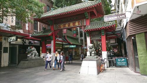 動物園の後は、お土産探し&お昼のためChina Townへ。<br />そんなに大きくはないですが、中華だけでなくてアジアンフードのお店がいっぱいあります。<br /><br />The オーストラリアなお土産は他の観光地より安く売っているようです。<br />ちょっと探してみましたがあんまり気に入ったものがなく見ただけでした。