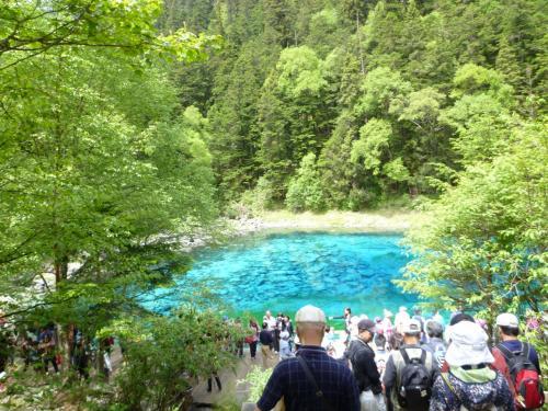 透き通った青緑の湖面。