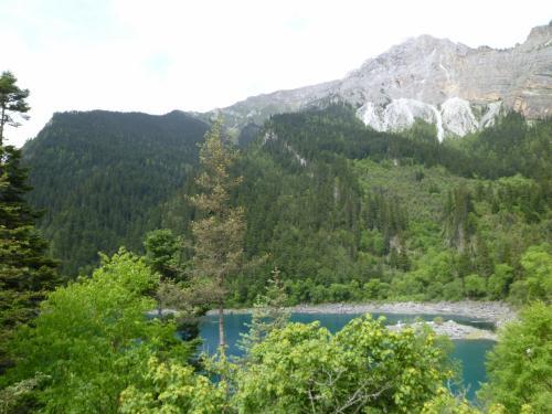 石灰質のカルスト台地が美しい湖を作る。
