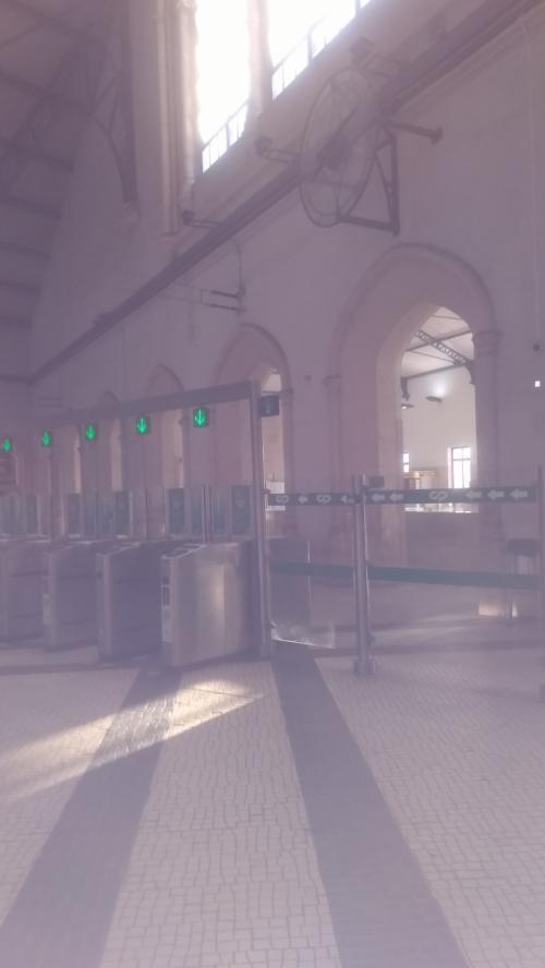 CPロッシオ駅です。シントラからカイスドソドレまで回れる トレイン&バス チケットを買っている間に8時(だったか)の便が出てしまい。次の便まで30分位待ち。同じくシントラ観光に行かれるらしい ポルトガル人のご夫婦に写真をとってもらったり 自販機で水を買ったりして待ちます。