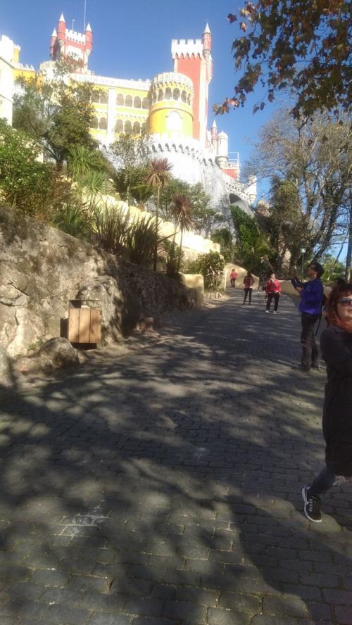 入口でチケット購入後 頑張って歩いて上りました。ペーナ宮殿の特徴ある姿が 見えてきました。