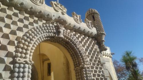 丁寧な装飾が施された門