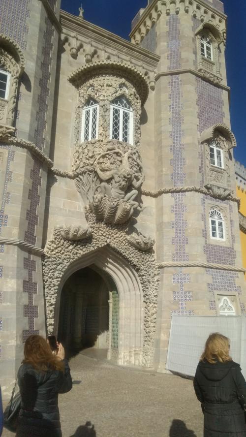 アズレージョと彫刻が 美しい玄関入口。この入口の上に彫ってある人(神様?)確かどこかで見たような。ローマだっけ。(海の神トリトンでした。)