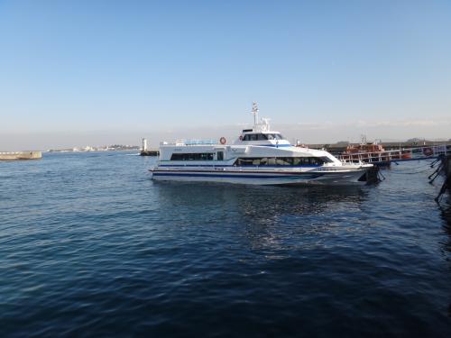 すぐ近くに島が見え、船が停泊している。<br />海が大好きな母は「今から島に行ってみよう!」<br />私も乗り気になったが、慎重な妹が「待った」をかけた。<br />切符売場でランチパックがあることがわかったので、<br />島へのクルーズは翌日のお楽しみにする。
