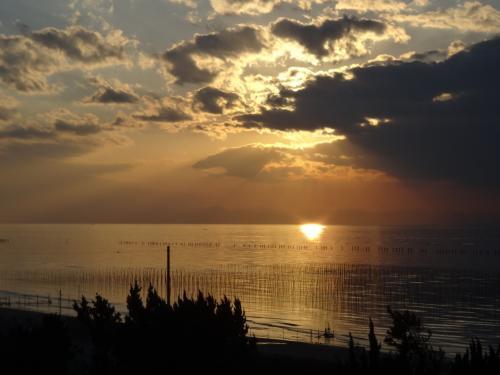 期待の夕日は厚い雲に阻まれて・・・<br />海面に映った太陽がすてき。