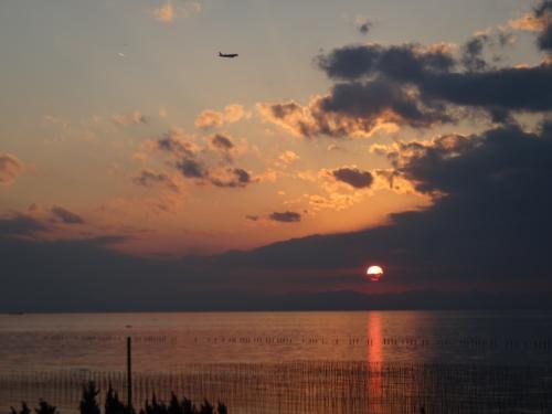 雲の下に隙間があって太陽が見えた。<br />上空には中部国際空港に向かう航空機の姿が。<br />