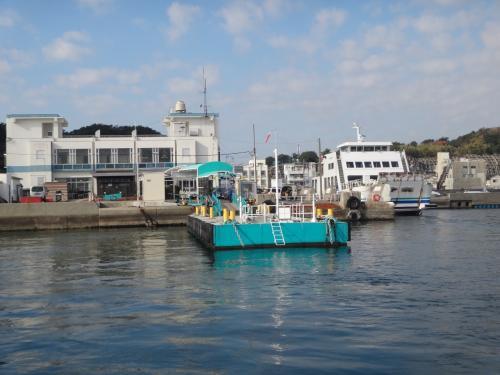 さあ出航。<br />篠島か日間賀島か迷ったけど、ランチメニューで日間賀島に決めました。<br />港の桟橋が遠ざかって行きます。