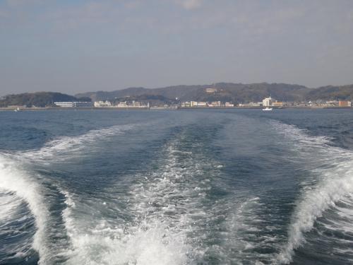 高速船は揺れないし、いい感じ。<br />波もほとんどない。<br />