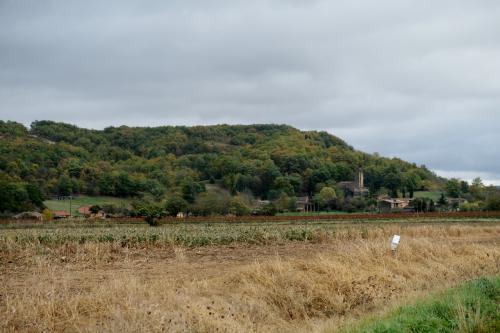 サン=ジャン=ド=ヴェルジュから南東に22km。丘の麓に小さな集落と砦の櫓のような鐘楼が見えて来る。