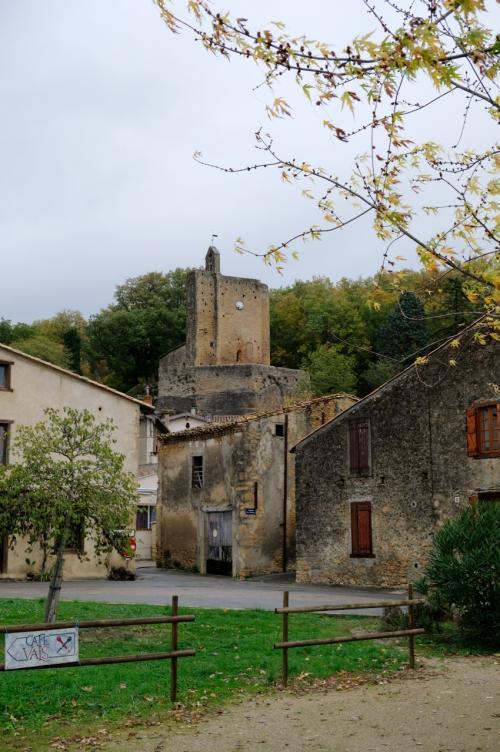 ノートルダム=ド=ヴァルス教会(Église Notre-Dame de Vals)と呼ばれる教会が見える。<br />さて、ここで何と書こうかと思ったが、この教会は説明が難しい。<br />一応10世紀に創建とあるが、最終形に落ち着いたのは19世紀になる。<br />そして1910年にフランスの歴史的記念碑に認定されている。