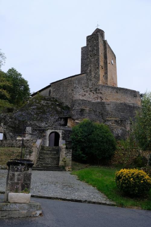 教会は大きな岩の上に出来ている。下にアーチがあるが、これは上部の教会への入口ではない。<br />岩の割れ目にある洞窟の先に、1952年に見つかった地下クリプタと12世紀と推察されるフレスコ画が残されている。