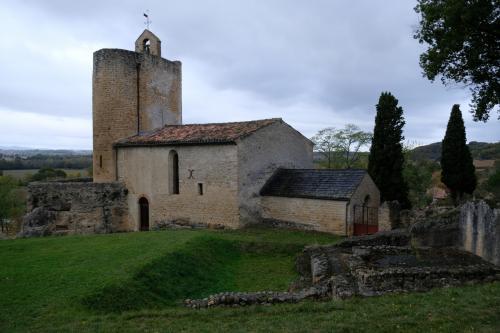 この教会は地下教会を含め三層の教会になっている。<br />ドンジョン(堡塁)を思わせる鐘楼は12世紀から14世紀にかけての物。聖堂部分は19世紀改修で、ステンドグラス等の装飾を施した新しい物だ。横に入口があるけれどこれも閉まっていた。<br /><br />最後に今回見れなかったフレスコ画について。<br />カタルーニャ地方との関連性が強い作品で、隠さなければならなかった経緯からカタリ派の物ではないかともいわれている。ちょっと見てみたい気がするよね。<br />