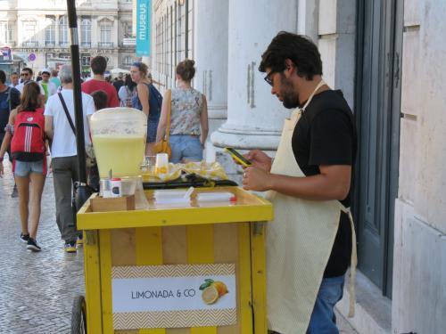 2日目滞在、リスボン市内を回りました。<br />リスボンの7月初旬、もっと乾燥した気候なのかなと思ってましたがけっこう蒸し暑い。日本より涼しいことを期待していたのですがちょっと歩くと暑いです。<br />レモネードが売られておりました。おいしそう。
