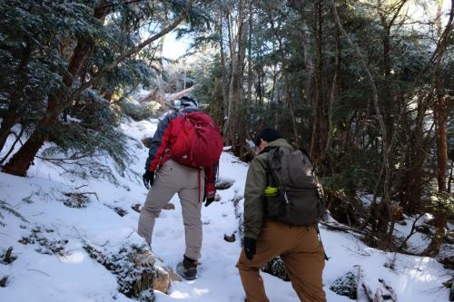 雪が思った以上だったので歩きにくいです。