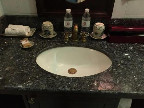 洗面台。コップがバチャン焼き