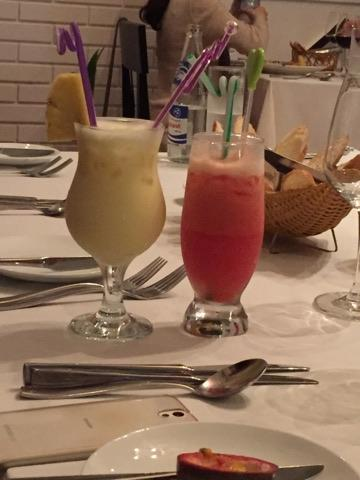 お酒を嗜む人がいないので、こういったフルーツのジュースを飲みながら食事を<br />進めていきます。