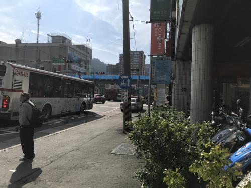 新店バス849は約15分毎。台北青島路から烏来を往復しますが、新店から乗ると混んでる、と思い、新店區公所でMRT降りました。が、満席。結局40分吊り皮にもたれて。行きは進行方向右側に川、右側を陣取るのがよいかと