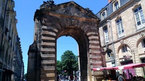 門は、沢山あれどこの門は有名では無い様です。<br />宮殿広場の門です。この門の先に<br />宮殿広場が有り、その先は鏡広場のブルス広場です。