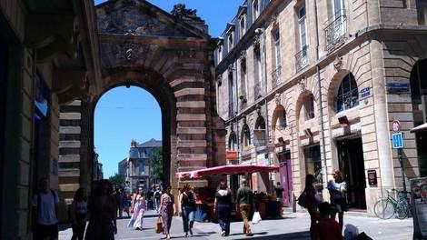 パリの凱旋門とは、違って<br />重々しく無いのがいいかもです。<br />古さを感じますね。