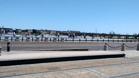 ブルス広場はガロンヌ川沿いにあって<br />向う岸は市街地ですね。