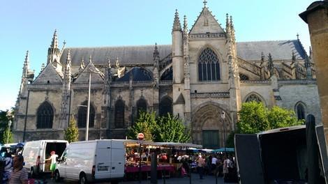 こんな感じで大きい市場です。<br />教会の直ぐ側に在りました。
