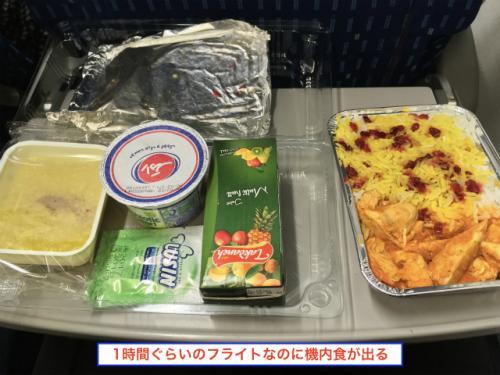 バスだったら何十時間もかかるところだが、飛行機だったら1時間ぐらいで着く。 1時間ぐらいだったら、機内サービスも飲み物ぐらいでいいのだが、こんな感じのしっかりとした機内食が出る。 <br /><br />ただし、機内食を配り、食べて、片付けというのを1時間(離着陸の時間はできないので、実際には30分ぐらい)でやらなければならないので、かなり忙しい。 食べるのが遅い人だと全然食べきれないんぢゃないか?と思う。 <br />