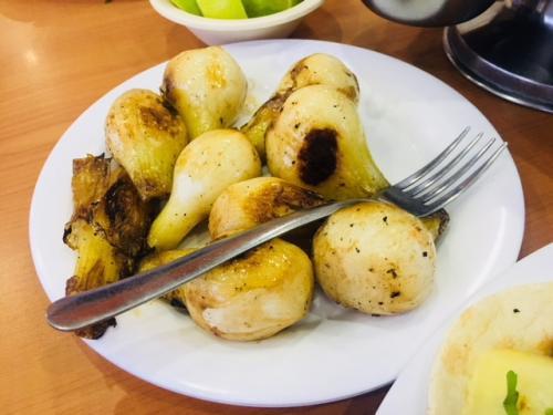 で、これが別注文になりますCebollita(セボジータ)です。<br /><br />これはこのままでも美味しいのですが、今回花いちのマネージャT君は、サルサ・イングレッサ(ウースターソース)に塩ふって、ライムをかけて一味足してくれました。<br /><br />これが実に美味かったので、お試しあれ(^^)<br />