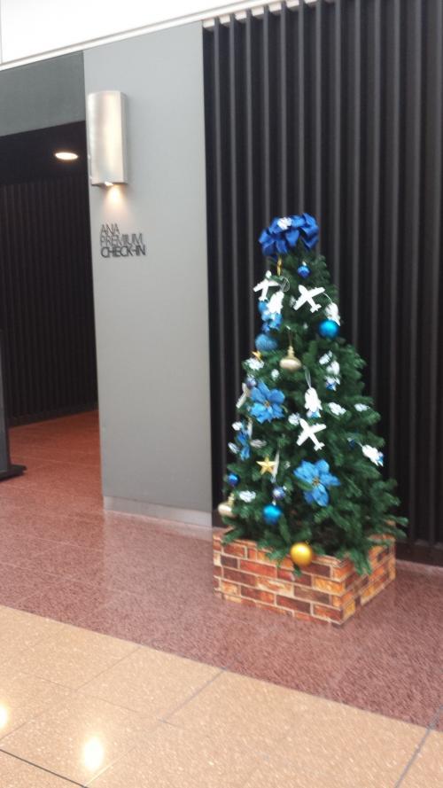 クリスマスの飾りつけがいたるところに有ります。<br />中央エスカレーターの方にも大きなツリーが見えました。<br />