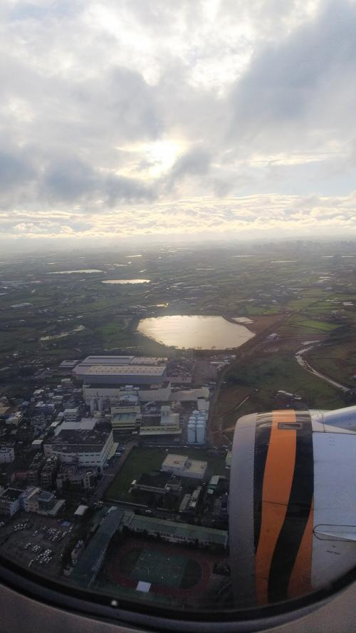 もうすぐ到着<br />雲が多い<br /><br />入国審査は並ばずスムーズに通過<br />空港で3万円両替しました