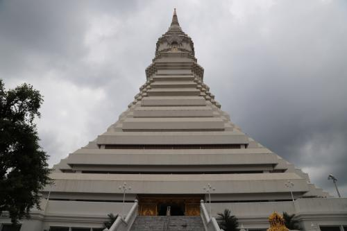 アユタヤ、バンコク市内は一通り観光しているので、無理矢理見つけた「ワット・パクナム」 <br />インスタ映え、フォトジェニックな場所らしい・・・