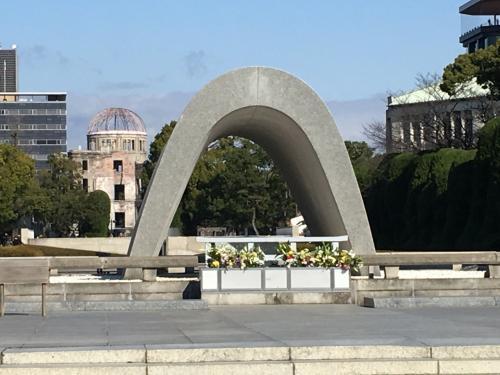 まずは、平和記念公園側の原爆死没者慰霊碑側から。