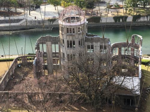折り鶴タワーの展望台から見下ろす原爆ドーム。