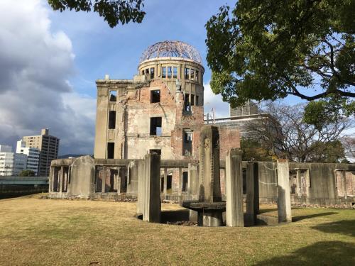 正面からの原爆ドーム。