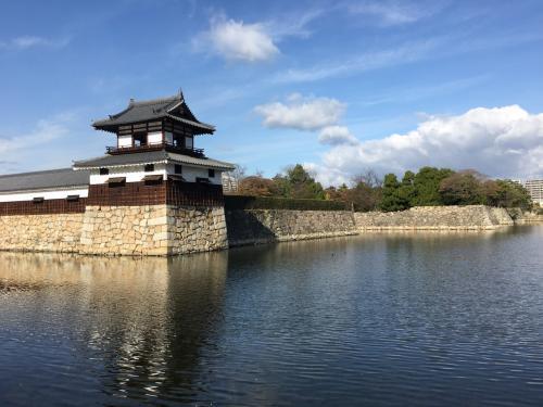 ここから、広島城。<br />20年程前に来た時には、鉄筋の天守が寂しく建っているだけでした。<br />今回は、よく整備された二の丸の観光が目的でした。<br />平和記念公園から歩いていくと、見えてくる。<br />低いものの、整った石垣の上に再建されているのは太鼓櫓とその左側の多聞櫓。