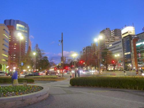 点灯前の平和大通りと鯉城通りの交差点付近