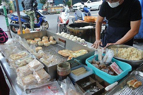 通りには屋台がたくさん出ていて、「素食(ベジタリアン・ミール)」の看板がかかっている屋台で饅頭を買いました。<br />左手前にあるのは大根餅です。