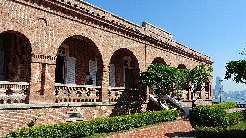 打狗英国領事館文化園区(旧高雄英国領事館)、歴史的建物として保存されています。<br />遠くに85ビルが見えます。
