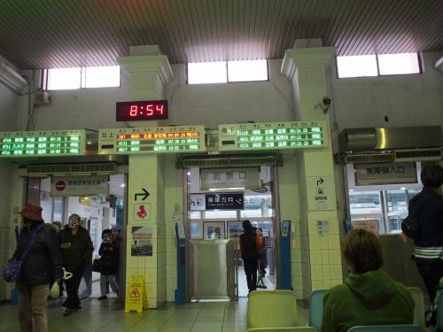 駅の改札口<br /><br />入り口と出口が分かれています<br /><br />9時10分発の列車に乗るのでホームに向かいましょう。