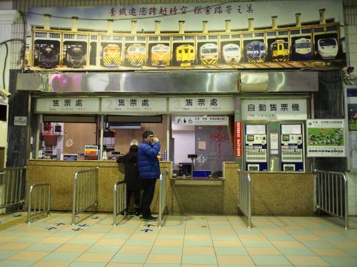 まずは駅横にある「行李房」に行ってリュックを預けます。<br /><br />営業時間が18時までなのでそれまでに戻って来ないといけません。<br /><br />コインロッカーに預けた方が良かったかな~<br /><br />そして次はこちらの切符売り場へ