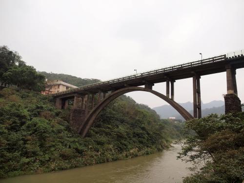 あの橋を渡ってみましょう!