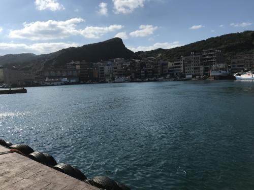 静かな港です。釣り糸を垂れる方もちらほら。