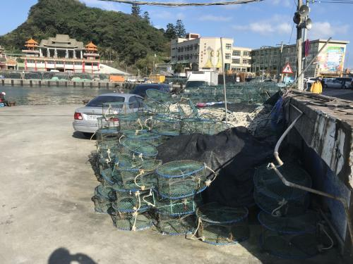 蟹網が並びます.<br />もう少し進むと風景区の駐車場に。