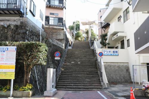 山王神社までは結構距離が有り、15分でこの写真の一本鳥居に到着。<br />この階段を登って一本鳥居に向かいます。