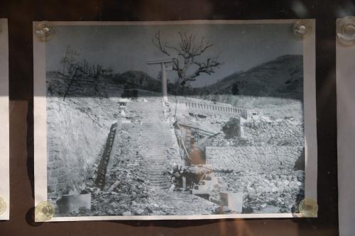 この写真は原爆の投下直後に撮られたもので、一本鳥居以外は何も残っていません。<br />それにしてもよく残ったものです。<br />この神社には二つの鳥居があったそうで、一の鳥居はほぼ原形のまま残り、この二の鳥居は爆心側の左半分が吹き飛ばされたそうです。<br />ただ皮肉なことに、原爆で残った一の鳥居は交通事故により倒壊したそうです。